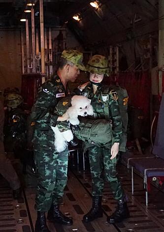 HUNDEKOS: Vajiralongkorn og Wongvajirabhakdi ikledd militærklær. Foto: NTB Scanpix