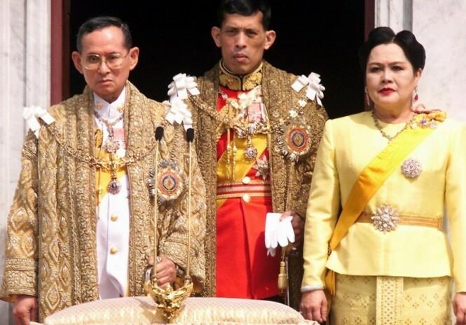 OMSTRIDT: Bildet av den avdøde kongen Bhumibol Adulyadej, daværende kronprins Maha Vajiralongkorn og dronning Sirikit er tatt i 1999. Foto: AFP PHOTO / PORNCHAI KITTIWONGSAKUL