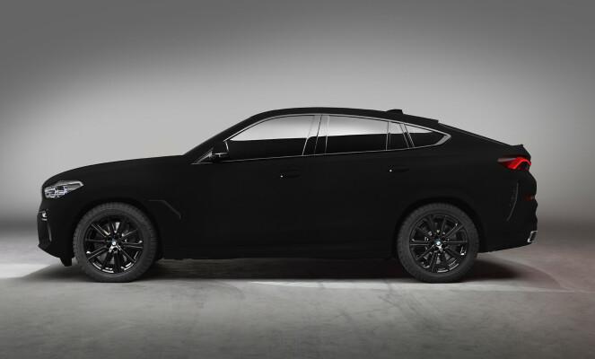 SVART BIL ELLER ET HULL? Det skal godt gjøres å se detaljene på denne bilen, BMW X6 med fargen «Vantablack». Foto: BMW
