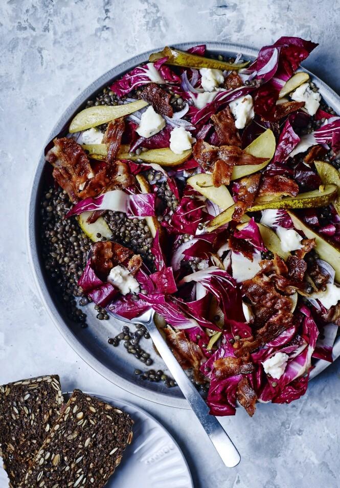 Grovbrød og linser metter godt. Er du ikke så glad i blåmuggost, kan du gå for mozzarella. FOTO: Winnie Methmann og Nina Malling