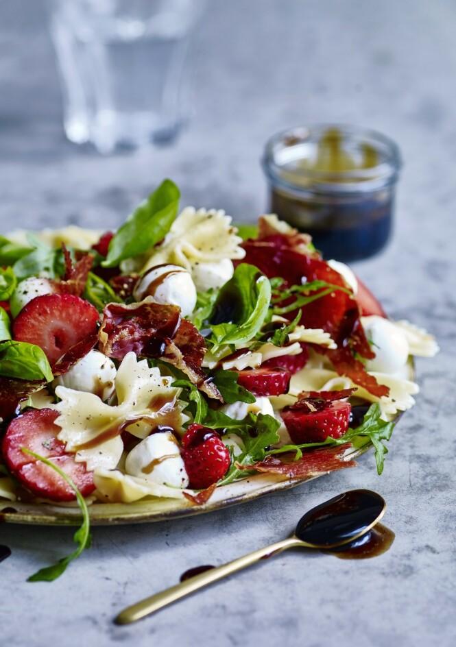 Saftige jordbær er et skikkelig flott blikkfang i salatbollen. Og den sødmefulle jordbærsmaken passer overraskende godt til salt skinke og mild mozzarella. FOTO: Winnie Methmann og Nina Malling