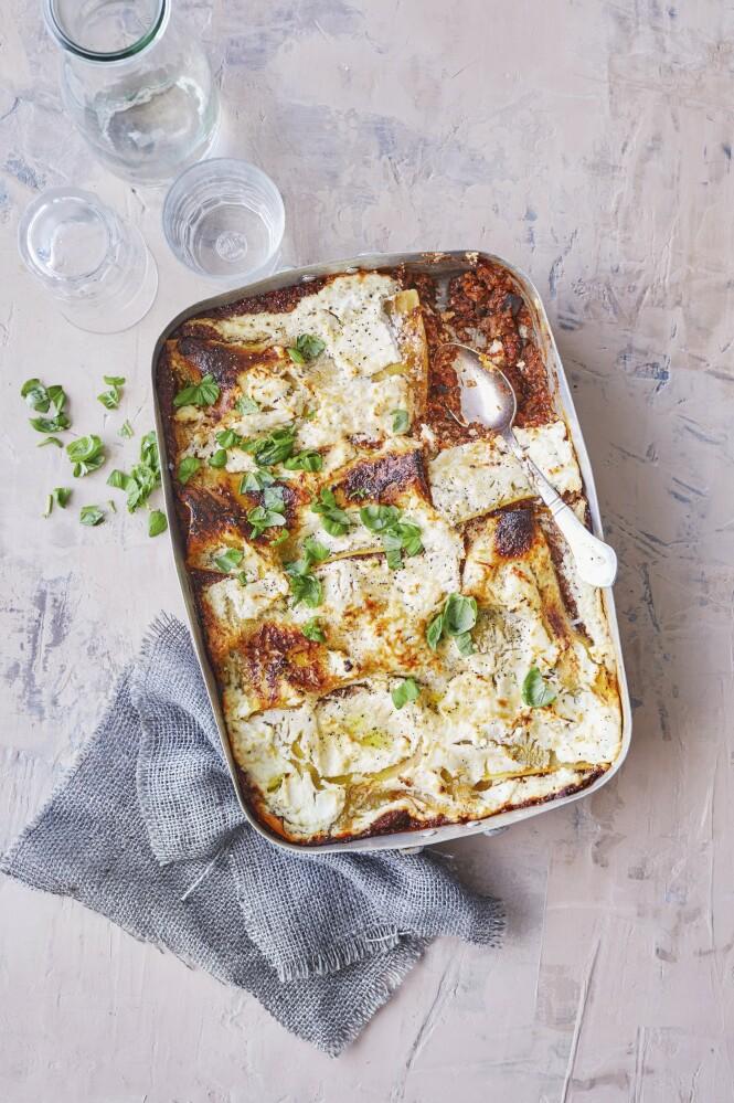 Quinoa, chiafrø og masse grønnsaker gir god fyldighet, så ingen vil savne kjøtt i denne lasagnen. Tips! Velg glutenfrie lasagneplater hvis du ønsker en glutenfri lasagne. FOTO: Winnie Methmann