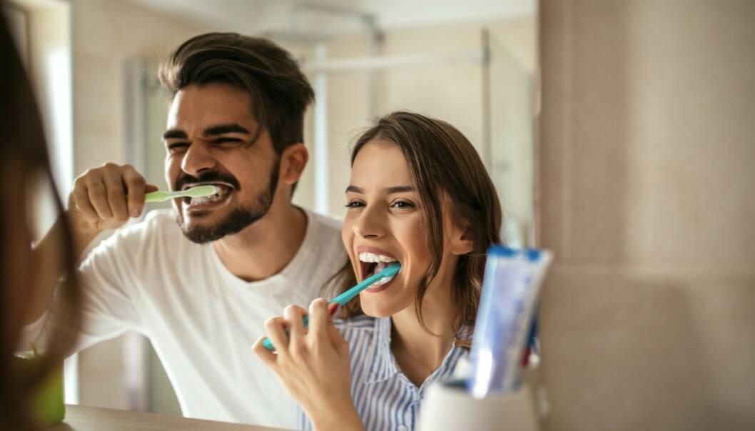 GOD MUNNHYGIENE: Det viktig å ta ordentlig vare på perleraden! Sjekk ekspertens beste tips for god munnhygiene i saken. Foto: Scanpix