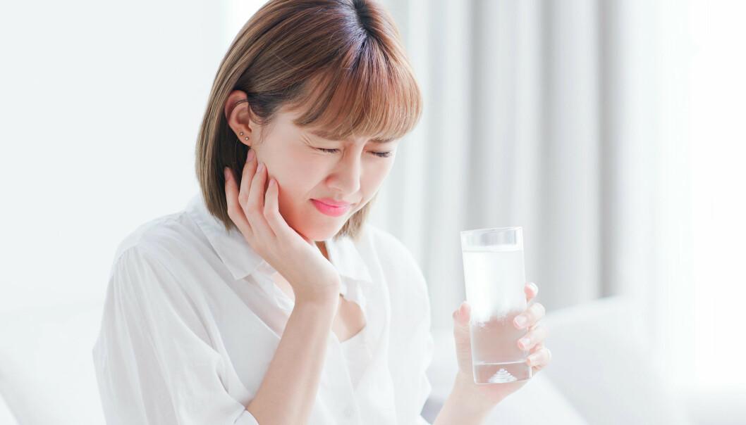 <strong>SENSITIVT:</strong> Kald drikke kan stimulere nervene i tannen og føre til ising. Foto: Scanpix