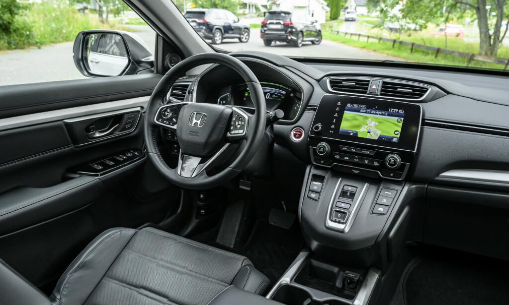 GAMMELDAGS: Man føler ikke at Honda har strukket strikken, selv om man har både knappegiring og to digitale skjermer. Multimediaskjermen er ikke stort større enn en mobiltelefon og har langt dårligere brukerfunksjoner. Foto: Jamieson Pothecary