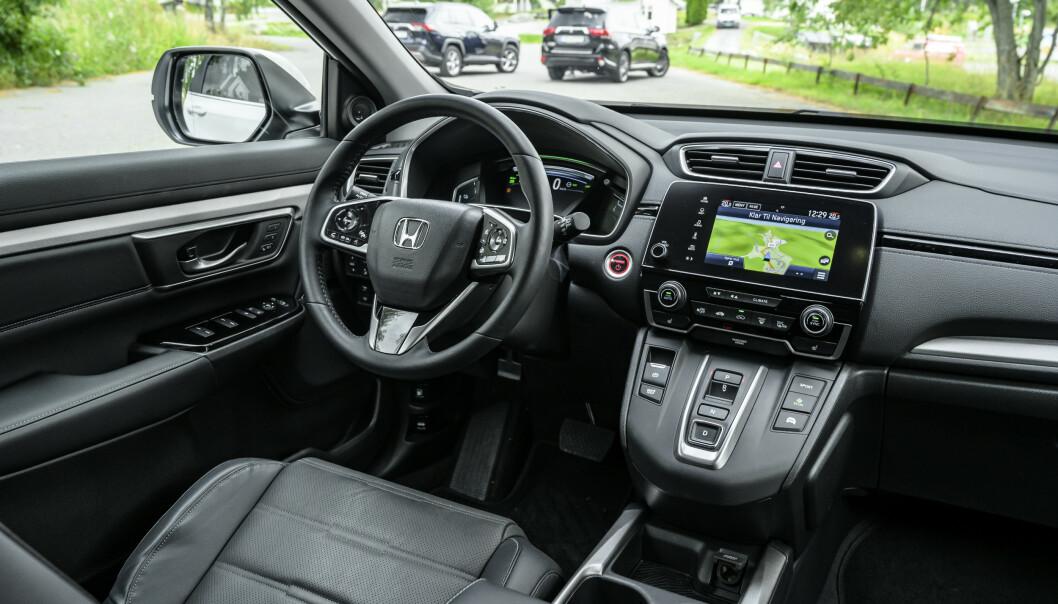<strong>GAMMELDAGS:</strong> Man føler ikke at Honda har strukket strikken, selv om man har både knappegiring og to digitale skjermer. Multimediaskjermen er ikke stort større enn en mobiltelefon og har langt dårligere brukerfunksjoner. Foto: Jamieson Pothecary