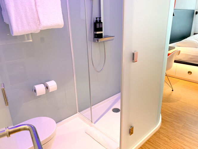 <strong>DUSJEN:</strong> Dusjen, eller toalettet, eller ja ... Det er som et ekstra stort dusjkabinett som er satt inn på rommet. Ikke regn med at noe du gjør der inne, unngår eventuelle samboere på rommet. Foto: Kristin Sørdal