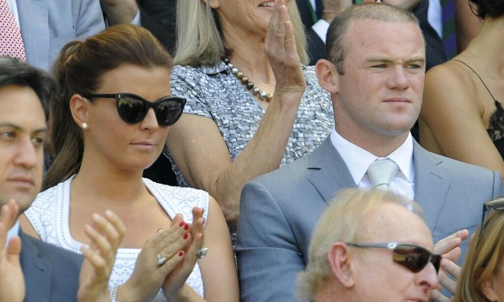 RASENDE: Fotballstjernen Wayne Rooney er gift med Coleen Rooney som han deler fire barn med. Nå raser han mot rykter han mener ødelegger familielivet. Her er ekteparet på Wimbledon i 2013. Foto: NTB Scanpix