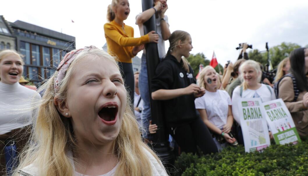 Flere tusen mennesker foran Stortinget ba politikerne fredag ettermiddag om å få opp farten for å løse klimakrisen. Foto: Berit Roald / NTB scanpix