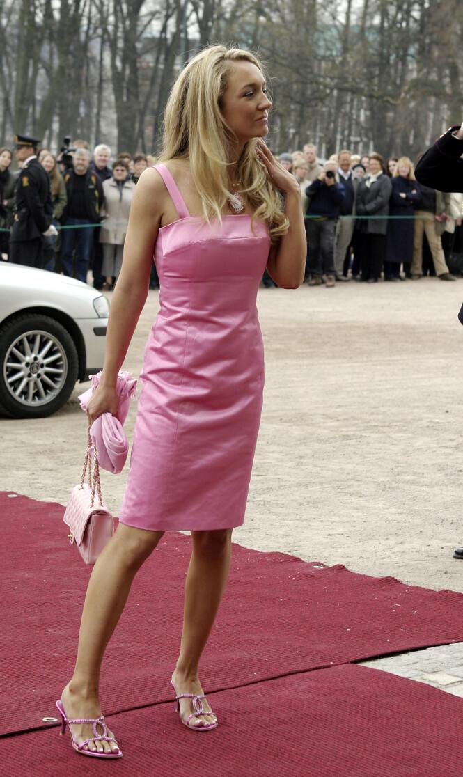POSERTE: Haraldsen fikk mye oppmerksomhet for sitt helrosa antrekk i Ingrid Alexandras dåp i 2004. Rundt halsen hadde hun også et Hello Kitty-smykke - også det i rosa. Foto: NTB Scanpix