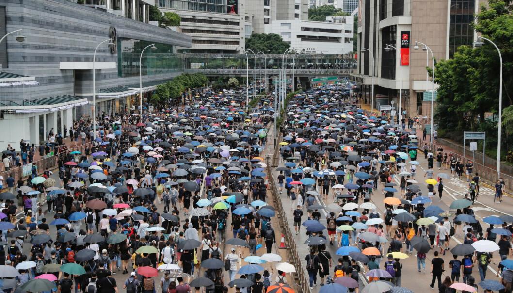 Tusenvis av mennesker protesterer i gatene i Hongkong lørdag til tross for at politiet la ned forbud mot en planlagt demonstrasjon. Foto: Kin Cheung, AP / NTB scanpix