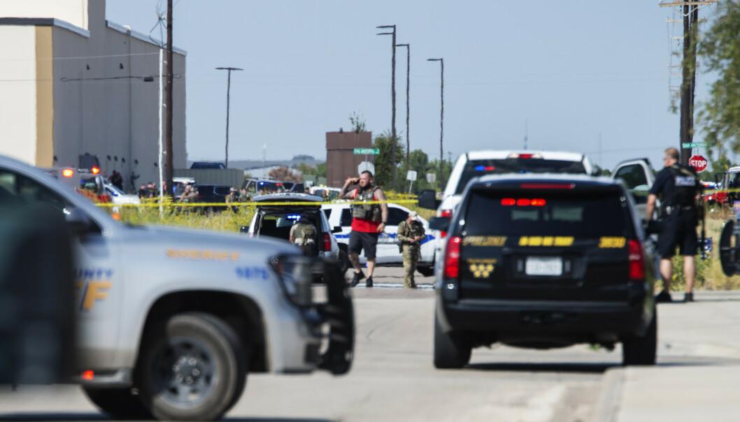 Politiet sperrer av et område i Cinergy i Odessa, der den mistenkte gjerningsmannen ble skutt og drept. Foto: Tim Fischer / Midland Daily News / AP / NTB scanpix