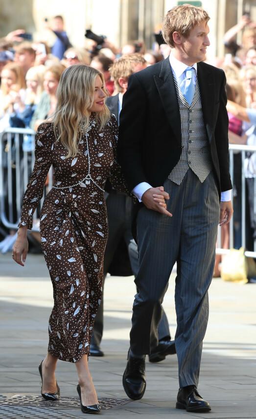 <strong>MED KJÆRESTEN:</strong> Skuespiller Sienna Miller tok med seg sin nesten ti år yngre kjæreste Lucas Zwirner til det staselige bryllupet. Foto: NTB Scanpix