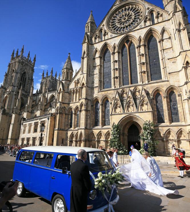 ANKOM KATEDRALEN: Bruden ankom katedralen i en folkevognbuss Foto: NTB Scanpix