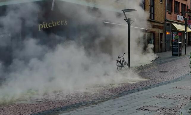 BAKKEN ÅPNET SEG: Du kan se at bakken har åpnet seg. Man kan kjenne på gatesteinene at de er varme, opplyser BTs journalist på stedet. Foto: Patrik Dahlgren
