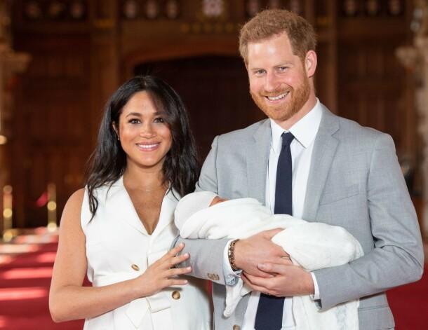 LILLE ARCHIE: Hertuginne Meghan og prins Harry sammen med sønnen Archie like etter at han var kommet til verden. Foto: Dominic Lipinski / POOL / AFP/ NTB scanpix