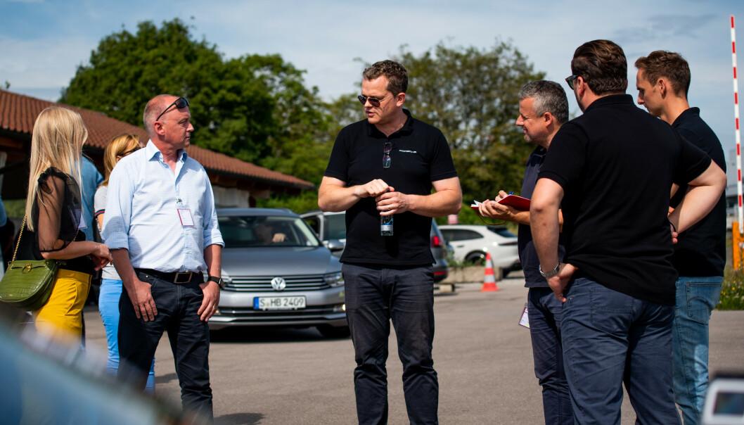 DELINGSVILLIGE: Elbil24 møtte et knippe stolte representanter fra Porsche under prøvekjøringen.