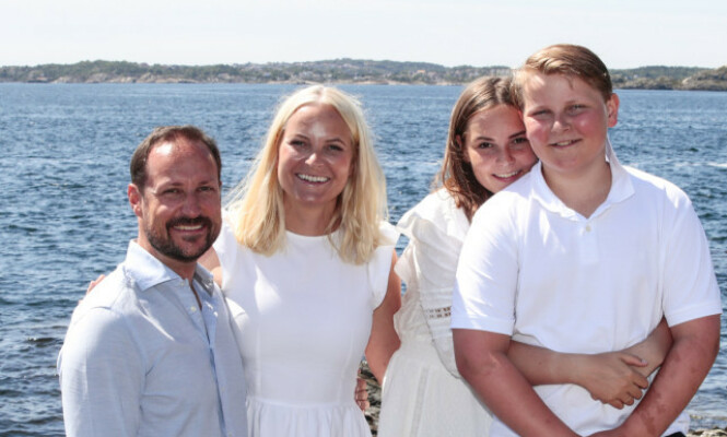 KRONPRINSFAMILIEN: Her er Mette-Marit avbildet sammen med kronprins Haakon, prinsesse Ingrid Alexandra og prins Sverre Magnus i sommer på Dvergsøya. Foto: Lise Åserud/ NTB Scanpix
