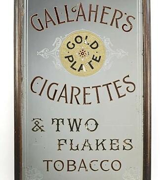 HILSEN I PAKKEN: Det britiske tobakksselskapet Gallaher's Cigarettes var de første som begynte med å legge kjerringråd trykket på kort i sigarettpakkene. Foto: Liveauctioneers.com.