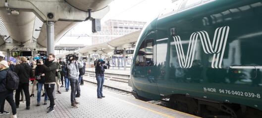 En togpendler knytter neven