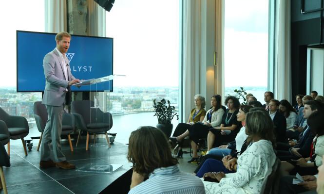 NYTT PROSJEKT: Prins Harry hadde tatt turen til Amsterdam for å snakke om det nye prosjektet sitt, Travalyst. Foto: NTB Scanpix