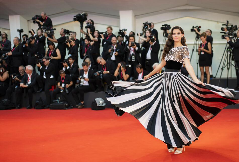 FILMFESTIVALEN I VENEZIA: Supermodellen Sara Sampaio er blant kjendisene som har tatt turen til Italia. Foto: Scanpix