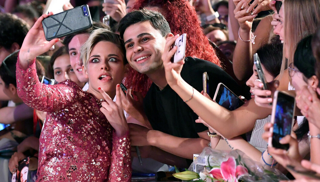 SEG SELV: Kristen Stewart er ikke lengre redd for å være seg selv i rampelyset. Her med fans under filmfestivalen i Venezia. Foto: NTB Scanpix