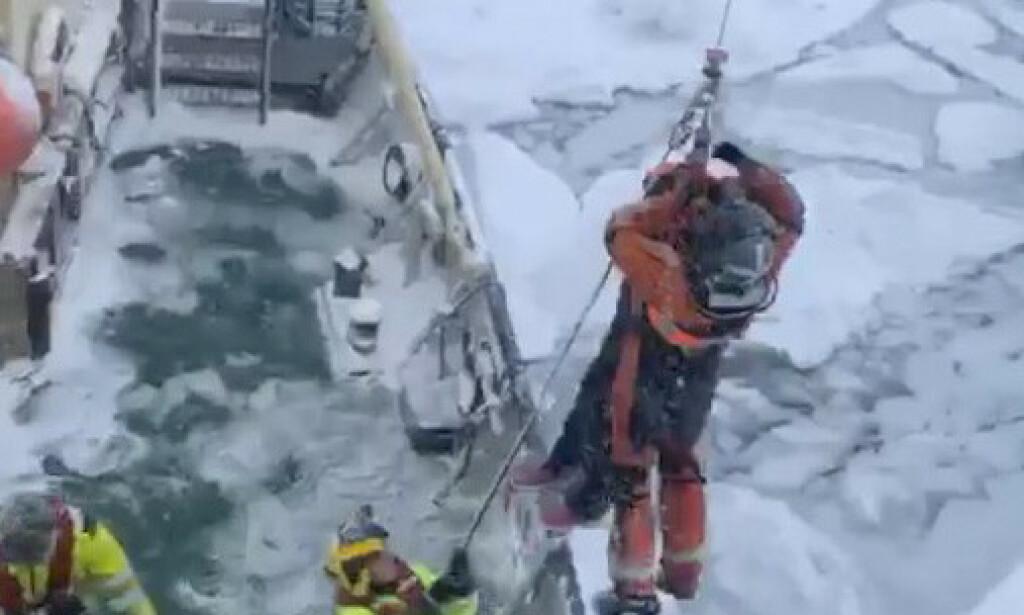 16 personer ble evakuert med helikopter etter at et svensk ekspedisjonsfartøy tirsdag ble sittende fast i isen sørvest i Hinlopenstredet på Svalbard. Foto: Sindre Kinnerød / NTB scanpix
