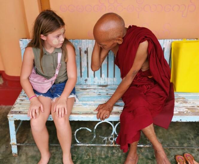 LÆRERIKT: Så langt har Thea blant annet undervist filippinske gatebarn i matematikk og lært hvordan buddhistiske munker lever. - Et klasserom har ikke alltid fire vegger, sier mamma Lena. FOTO: Privat
