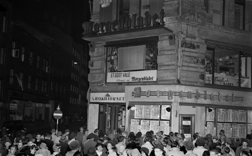 SKRIFTEN PÅ VEGGEN: Avisene slo fortløpende opp valgresultatene ved sine respektive lokaler. Her har en folkemengde samlet seg utenfor Morgenbladets bygning i Lille Grensen, om kvelden på valgdagen 10. oktober 1949. (Foto: NTB Scanpix)