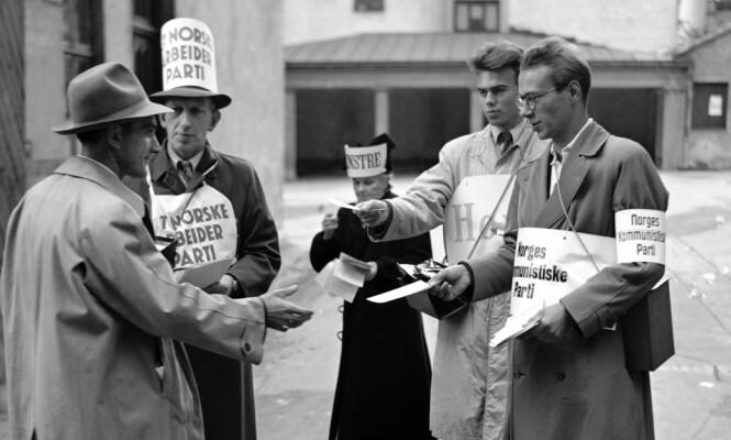 HØY DELTAGELSE: Også i 1949 stod listebærerne parat utenfor valglokalene. Arbeiderpartiet, Venstre, Høyre og Norges Kommunistiske Parti tar imot en av de 2,16 millioner stemmeberettigede nordmennene dette året. Valgdeltakelsen var på 82 prosent. Til sammenligning stemte noe færre, 78 prosent av de stemmeberettigede, ved siste stortingsvalg i 2017, og bare 60 prosent ved lokalvalget i 2015. (Foto: NTB Scanpix)
