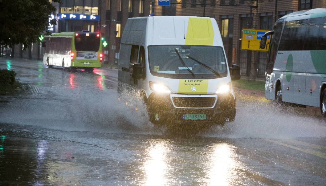 Kraftig nedbør onsdag ettermiddag og kveld fører til oversvømmelser og trafikale problemer. Bilister oppfordres til å kjøre forsiktig. Foto: Terje Pedersen / NTB scanpix