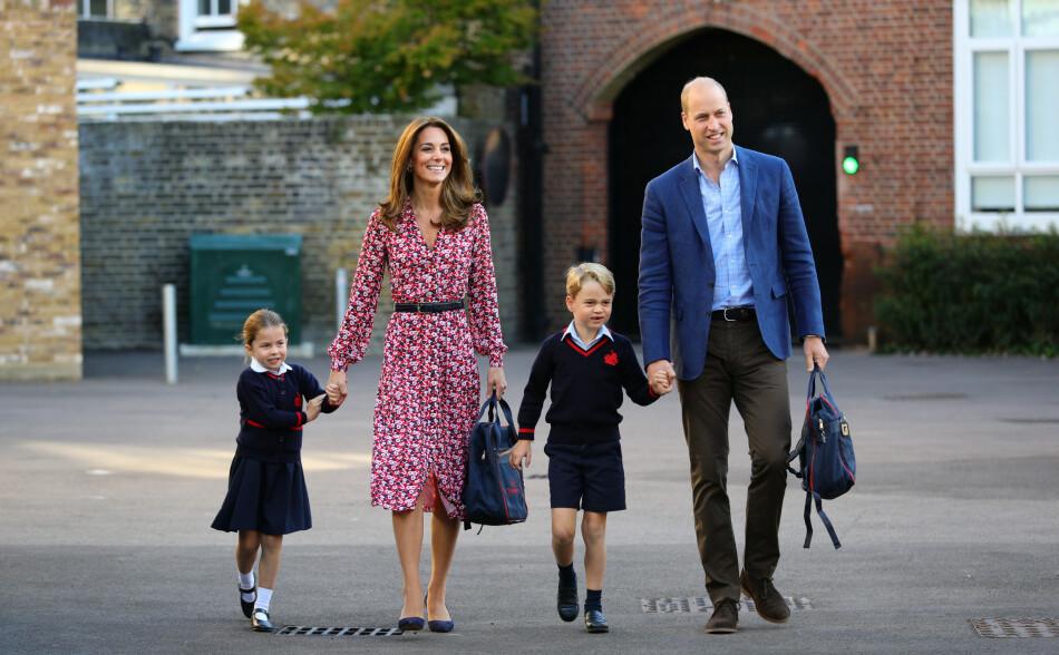 FIN FAMILIE: Prinsesse Charlotte fikk selskap av mamma hertuginne Kate, pappa prins William og storebror prins George på sin aller første skoledag på Thomas's Battersea i Vest-London. FOTO: NTB Scanpix