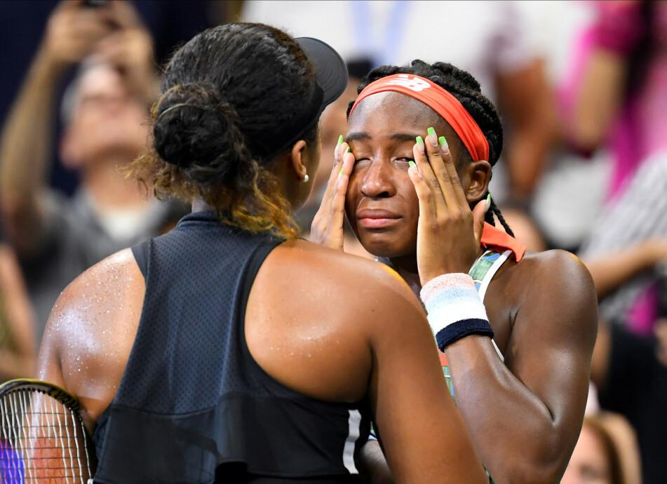 EKTE SPORTSÅND: Naomi Osaka (21) tok med seg motstander Coco Gauff til seiersintervjuet etter endt match. Foto: Scanpix