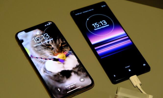 Xperia 5 sammenliknet med en Apple iPhone XS. Foto: Martin Kynningsrud Størbu