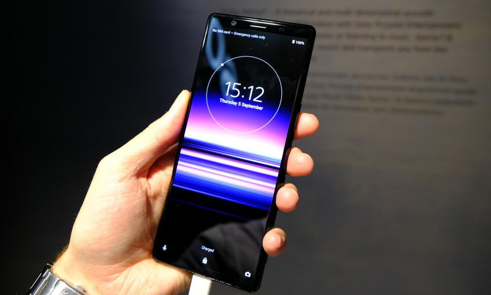 HØY OG SMAL: Sony Xperia 5 har det samme 21:9-formatet som Xperia, noe som gjør telefonen høy og smal. Foto: Martin Kynningsrud Størbu