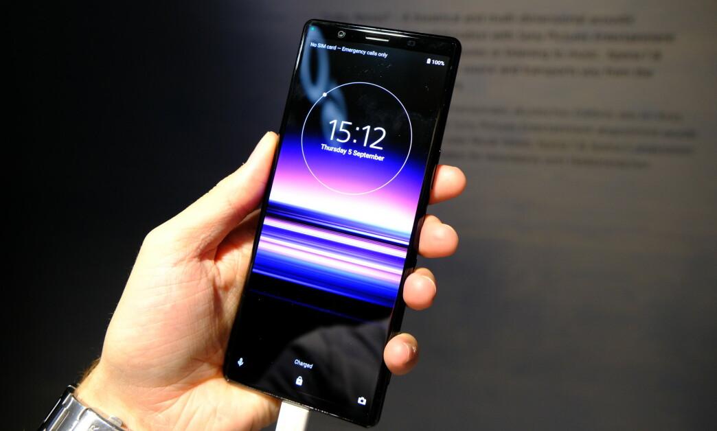 <strong>HØY OG SMAL:</strong> Sony Xperia 5 har det samme 21:9-formatet som Xperia, noe som gjør telefonen høy og smal. Foto: Martin Kynningsrud Størbu
