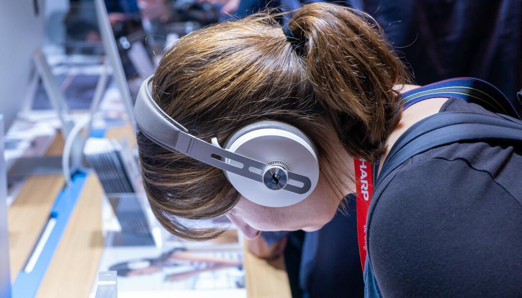 <strong>MOMENTUM WIRELESS:</strong> De nye hodetelefonene til Sennheiser er litt mer moderne uten at de mister retrodesignet helt. Foto: Martin Kynningsrud Størbu
