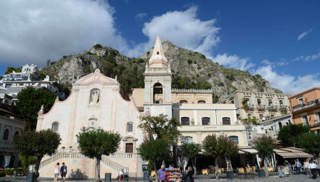 IDYLLISKE OMGIVELSER: Mange gifter seg i Giuseppe-kirken i fjellbyen Taormina på Sicilia. Foto: NTB Scanpix