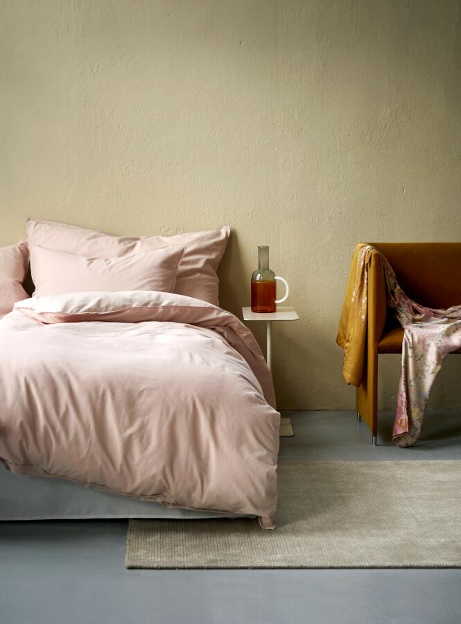 Lenge siden du unnet deg nytt sengetøy? Sengesettet Frøya i dusrosa er superdelikat (kr 530, Høie).
