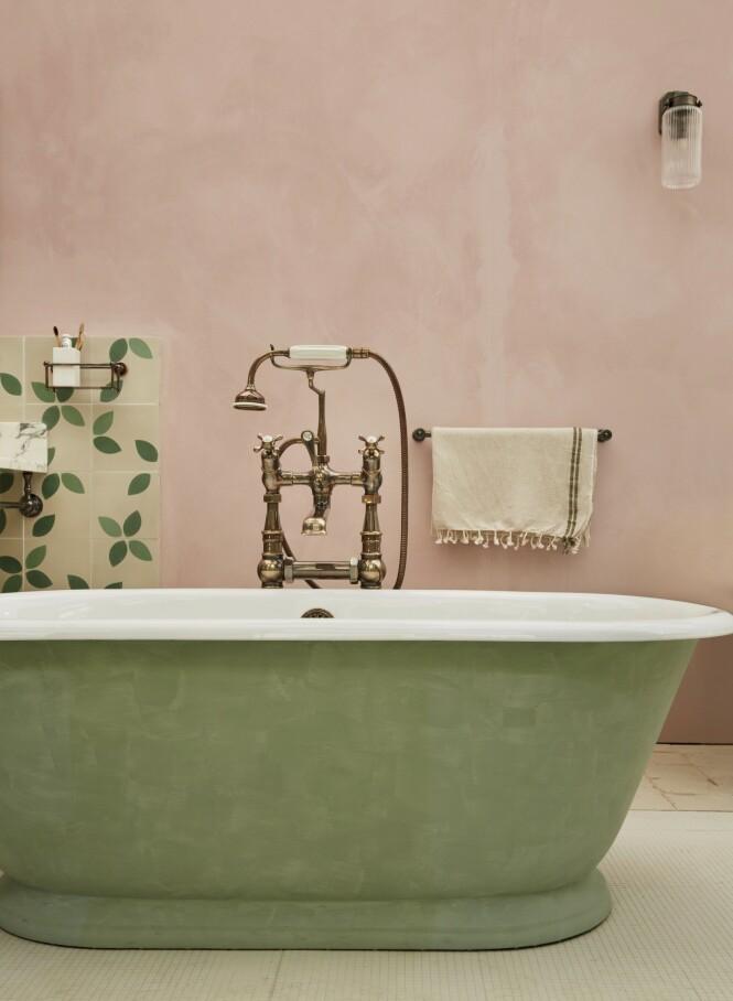 Kjedelig bad! Mal det, da vel! Kalkmaling kan brukes også i baderom bare den behandles riktig. Fargen på veggen heter Old Rose. Malingen er Marrakech Walls. Også badekaret er malt i Fresco-maling. Fargen er Poetic Blue, begge fra Pure & original. Flisene er Claesson Koivisto Runes, kr 1500 per kvm, Marrakech Design.