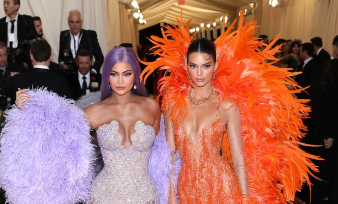 MET-GALLA: Kendall Jenner sammen med Kylie Jenner på årets MET-Galla. Foto: NTB Scanpix