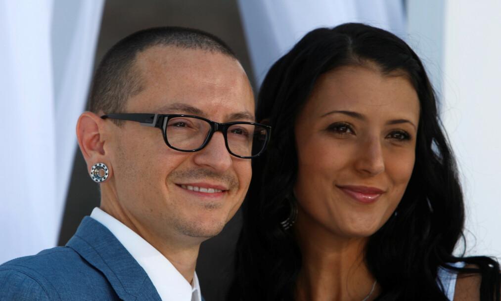 GIFT I TOLV ÅR: Chester Bennington og kona Talinda ga hverandre sitt ja i 2005, og fikk tre barn sammen. Han begikk selvmord 2017. Her er de to avbildet i 2012. Foto: NTB Scanpix