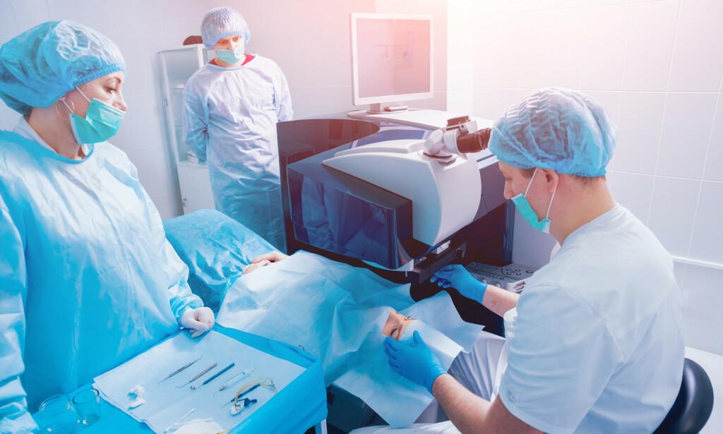 KORT PROSESS: Synskorrigerende laserkirurgi er et kortvarig inngrep, som hos de aller fleste gjør at man slipper å bruke briller eller linser, og har liten risiko for komplikasjoner. Foto: NTB Scanpix / Shutterstock