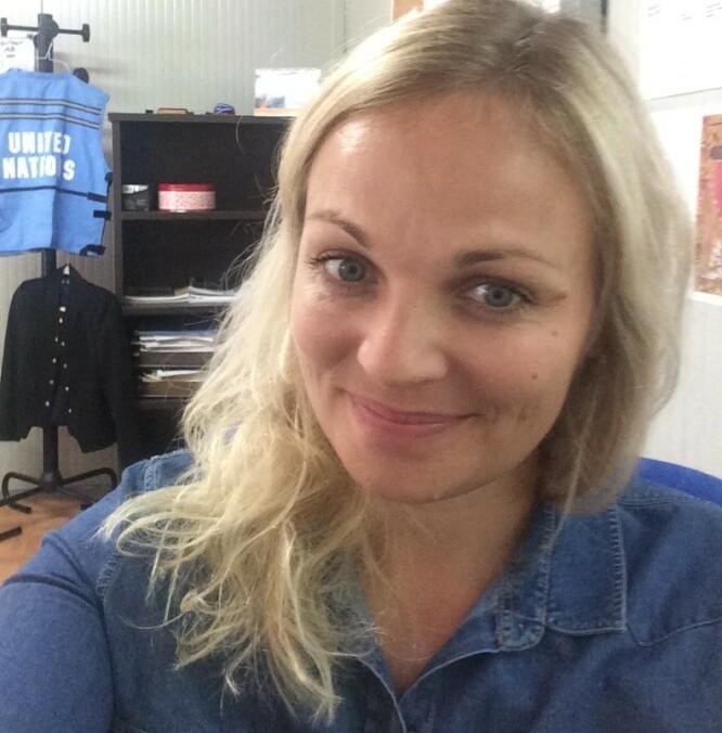 ALLTID BEREDT: Gunhilde på kontoret i Haiti i 2016. – I bakgrunnen henger både FN-vesten og dressjakka klar, som er ganske dekkende for hvordan hverdagen var, foreteller Gunhilde Utsogn. FOTO: Privat