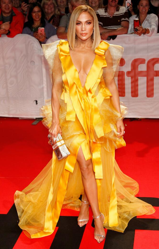 JENNIFER LOPEZ: Fikk stor oppmerkomhet rundt kjolen sin som er designet av Maison Yeya. Foto: NTB Scanpix