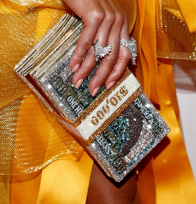 PENGE-CLUTCH: Som en referanse til sin nye film «Hustlers» bar Lopez en clutch som lignet på en bunke med 10 000 dollar. Foto: NTB Scanpix
