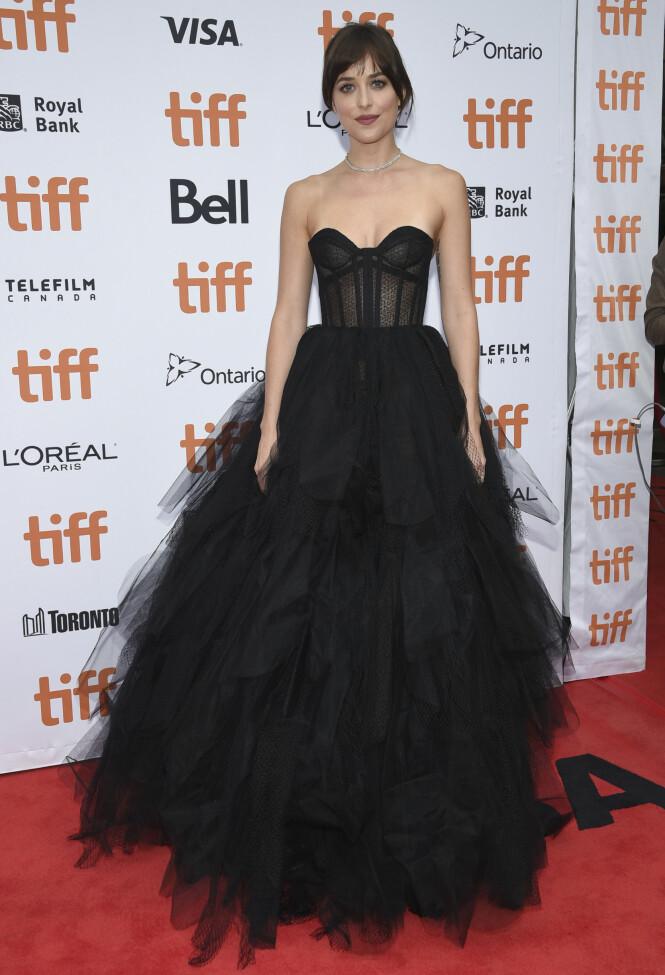 DAKOTA JOHNSON: Kledd i Dior-design under helgens røde løper. Foto: NTB Scanpix