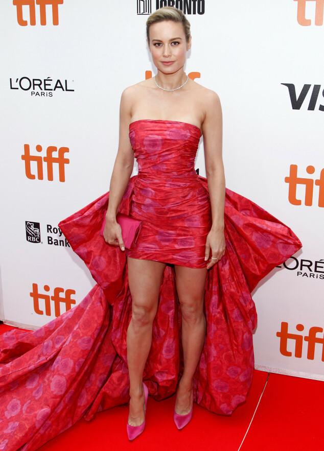 BRIE LARSON: Oscar-vinneren kombinerte rosa og rødt for «Just Mercy»-premieren. Foto: NTB scanpix