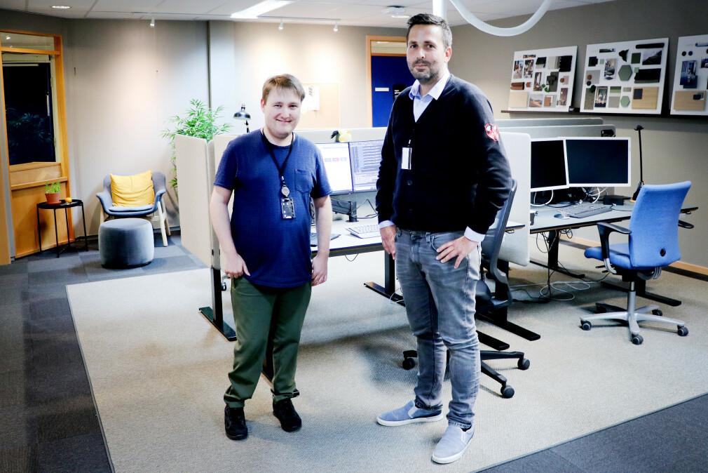 Utviklerne Simon Ingebrigsten og Christian Simonsen står her i en test-pod, en prototype på hvordan Lånekassens nye kontorer vil se ut på Helsfyr. 📸: Pernille Johnsen